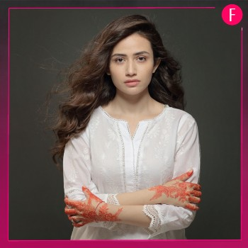 Sana Javed, Girl in white kurta, girl in white top with hands folded and open hair