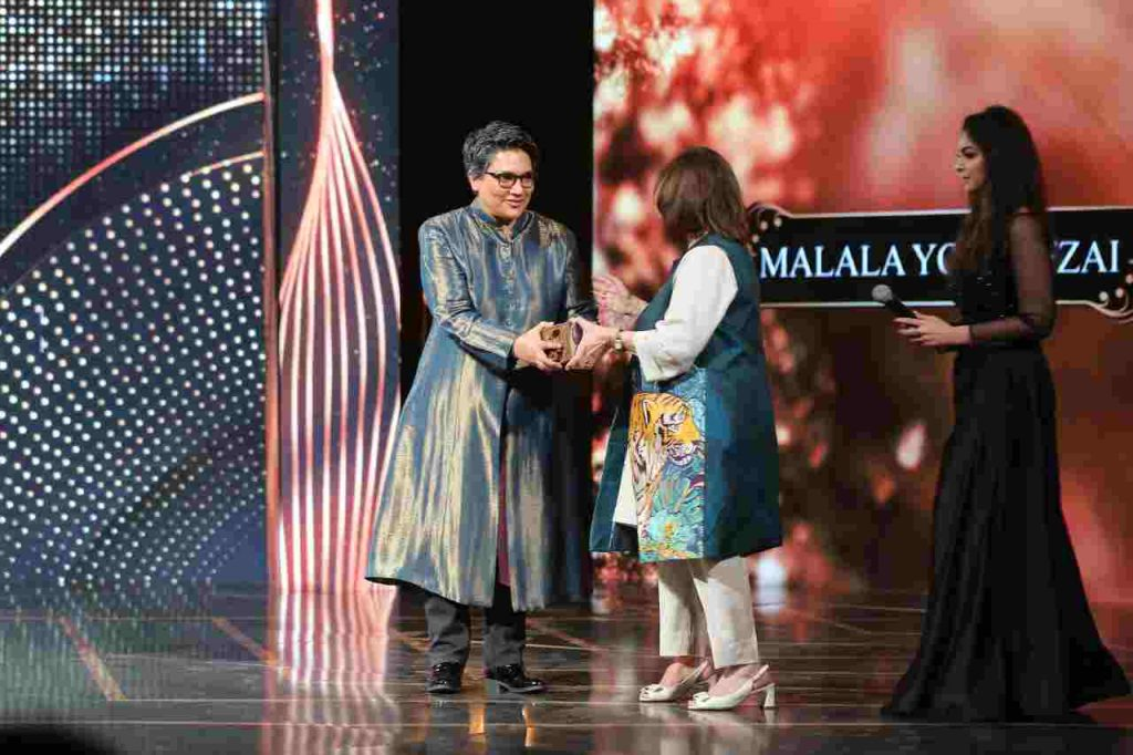 Dr-Maliha-Khan-receiving-the-award-from-Sultana-Siddiqui