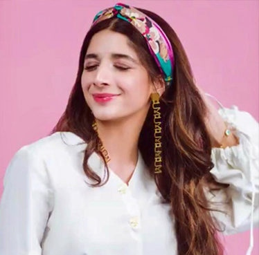 Mawra hocane, heatless hairstyles, scarf headband, scarf hairband, hairstyle inspo for spring, back to school hairstyles, spring hairstyles