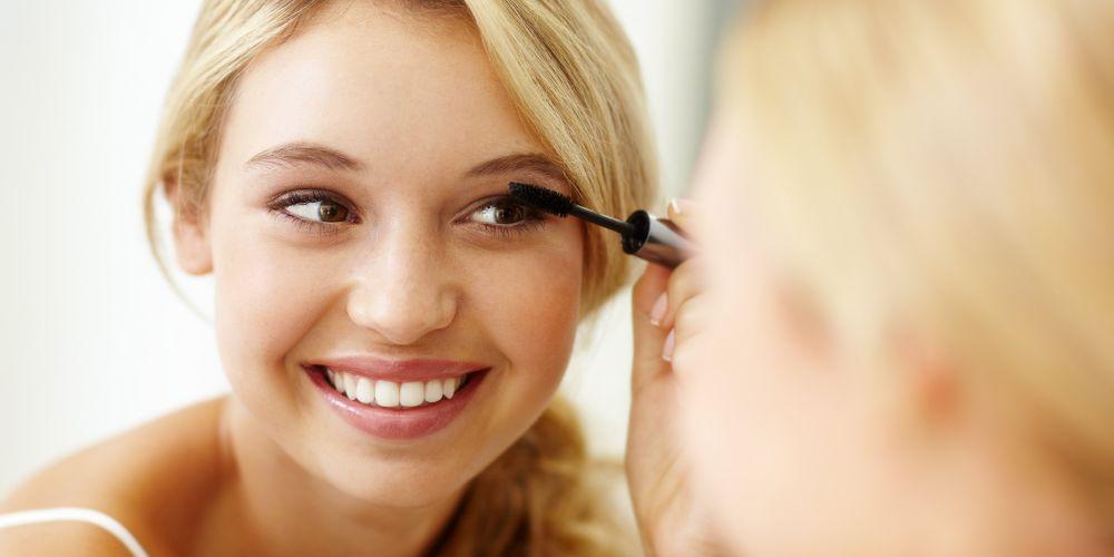 applying mascara, makeup, summer makeup